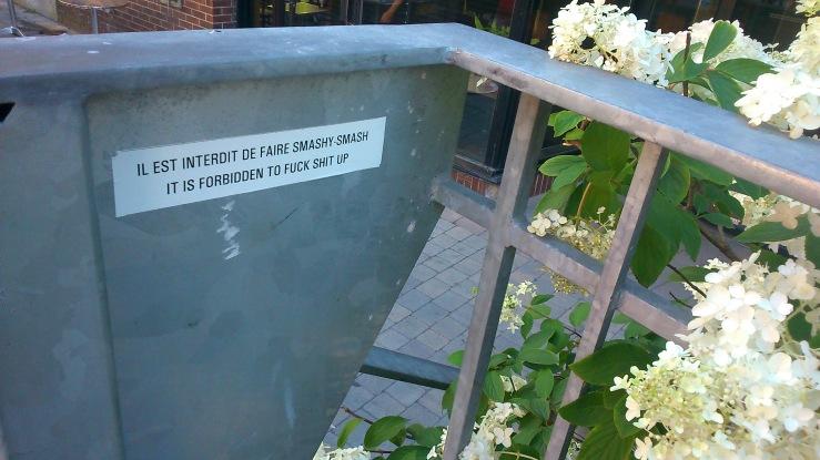 Il est interdit de faire smashy-smash. It is forbidden to fuck shit up.